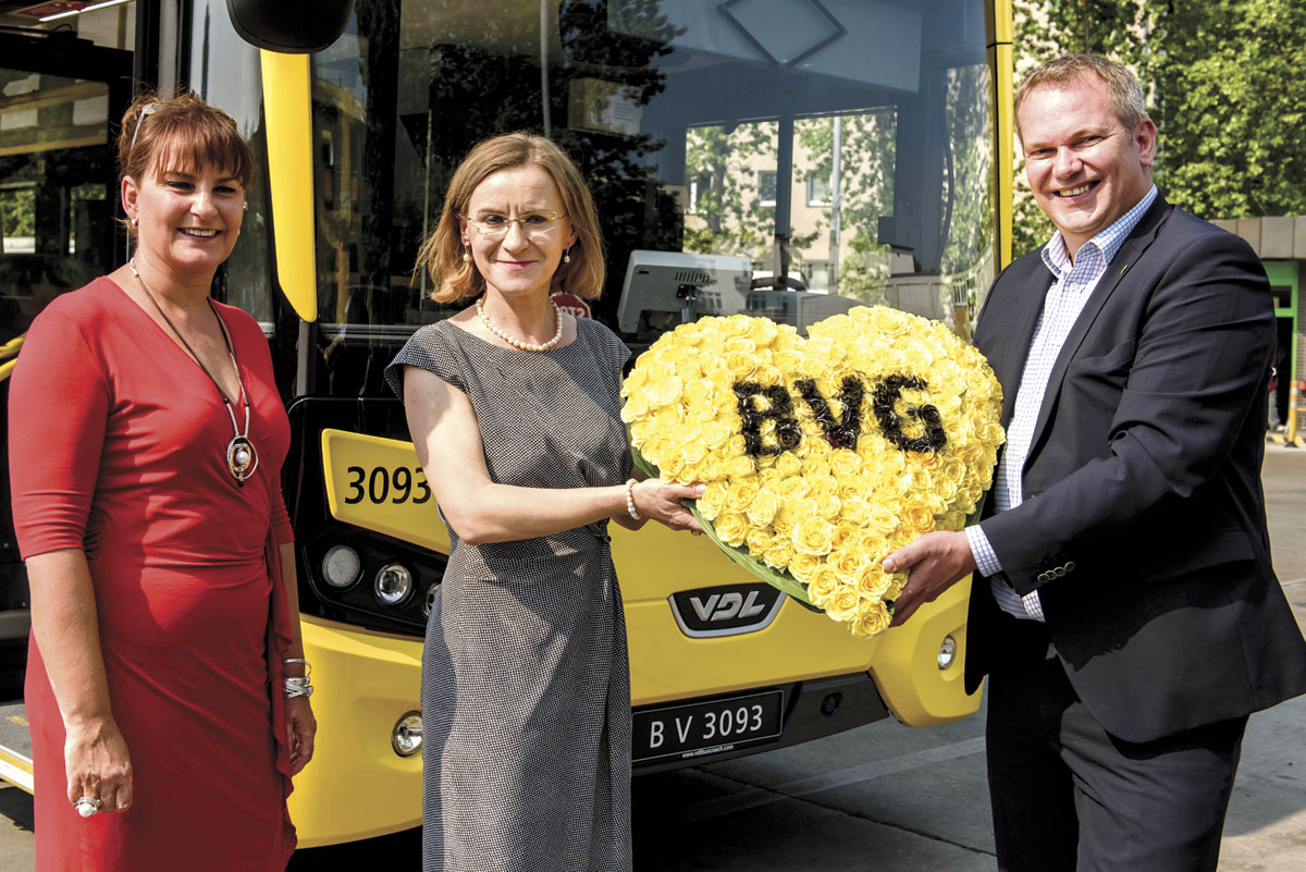 L-R: Silke Tödter (General Manager VDL Bus & Coach Deutschland), Dr. Sigrid Evelyn Nikutta (CEO of BVG) and Boris Höltermann (VDL Bus & Coach Deutschland).