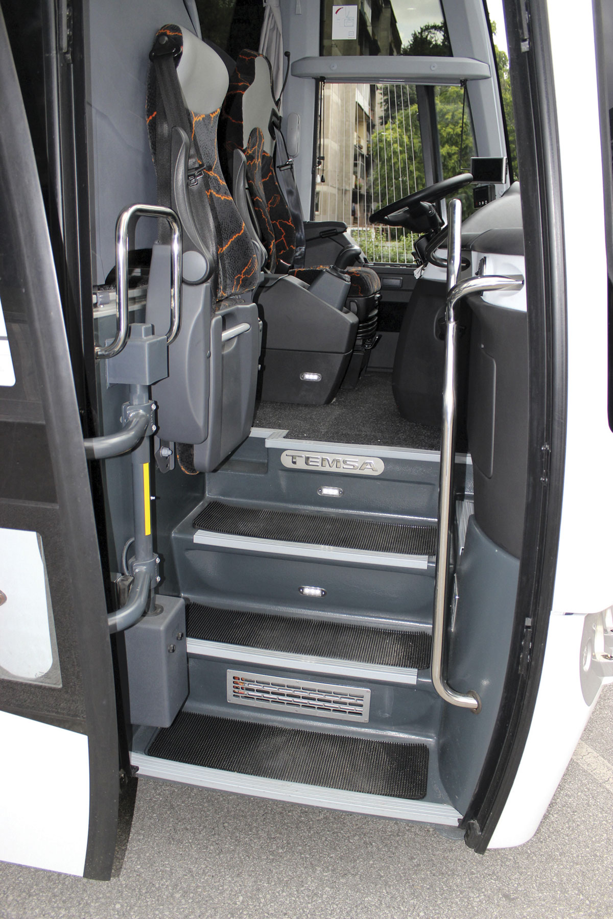 Temsa HD12, entrance steps.