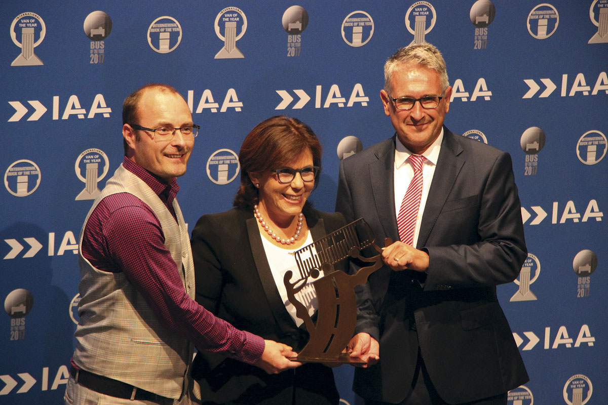 Solaris joint founder and owner, Solange Olszewski and CEO, Dr Andreas Strecker, received the Bus of the Year 2017 award from Jury Chairman, Tom Terjesen
