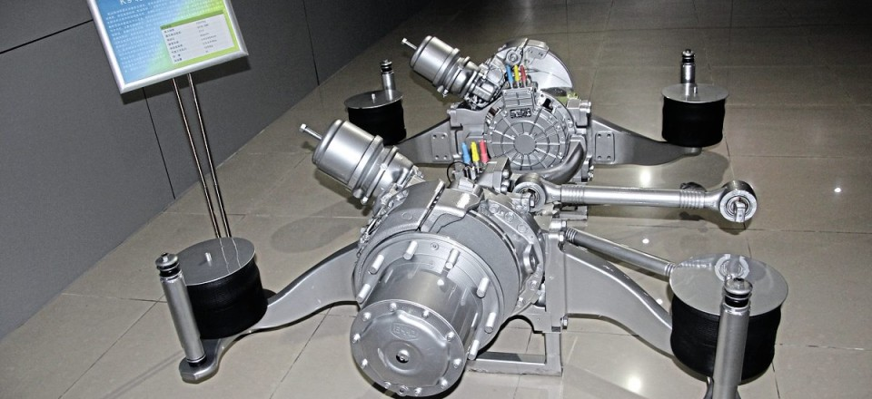 BYD's drive system has the liquid cooled traction motor and two-stage reduction gearing integrated within the wheel hubs of the axle, with no transmission shaft. Maximum power in each wheel can be either 90kW x2 or 150kW x2