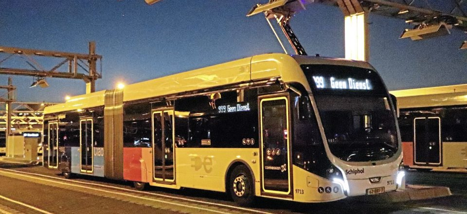 A night shot of one of the Schiphol Net Citea SLFA articulated electrics0-img2