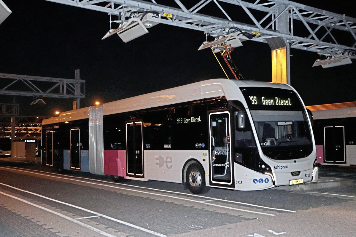 A night shot of one of the Schiphol Net Citea SLFA articulated electrics0-img1